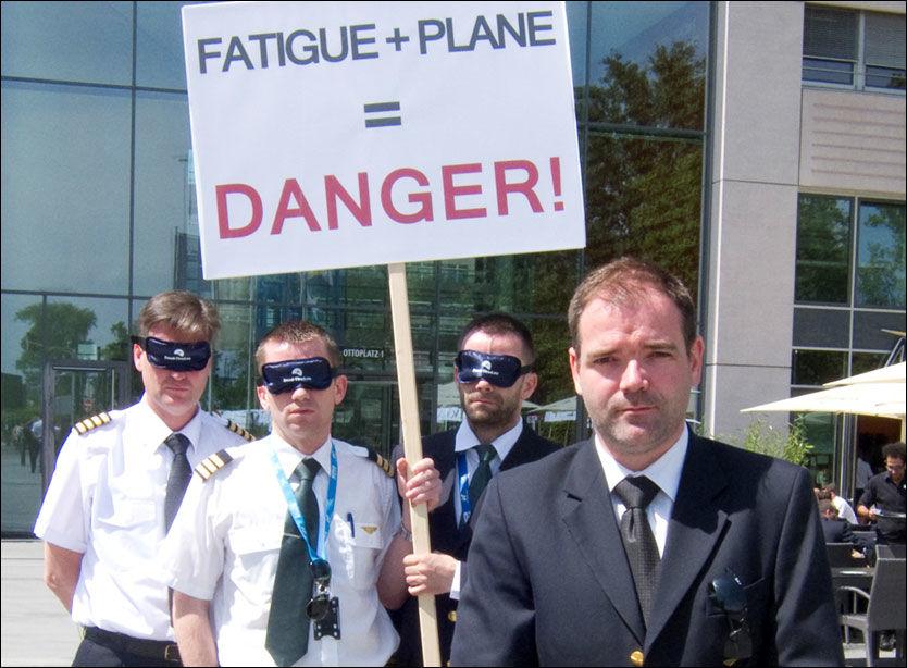 DEMONSTRERTE: Christian Langvatn sammen med tre andre norske piloter. De har på seg masker som ble brukt under demonstrasjonen. På maskene står det dead-tired.eu. Foto: