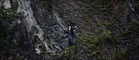 Her klamrer Marius seg fast på Utøya