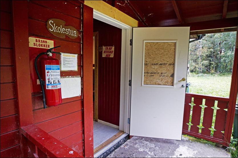 TOK I DØREN: Før Breivik skjøt to skudd gjennom glassvinduet i denne døra, kjente han på dørhåndtaket og fant ut at den var låst. På innsiden satt Even Andre Øien Kleppen (33) og holdt vakt. Rett innenfor hang det et brannslukningsapparat som han var klar til å bruke for å slå ned Breivik. Foto: FRODE HANSEN
