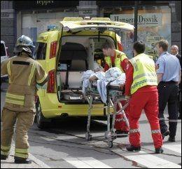 ALVORLIG SKADET: Mannen ble tatt hånd om av ambulansepersonell og raskt kjørt til Ullevål sykehus. Foto: Berit Roald / NTB scanpix