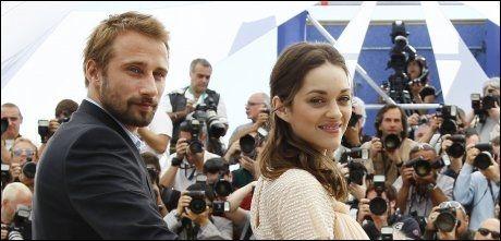 RØD LØPER: Mathias Shoenaerts og Marion Cotillard knipses av fotografene i Cannes 17. mai. Foto: AP