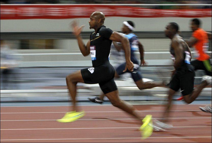 VANT: Her løper Asafa Powell inn til seier på 100-meteren i Shanghai. Foto: Reuters
