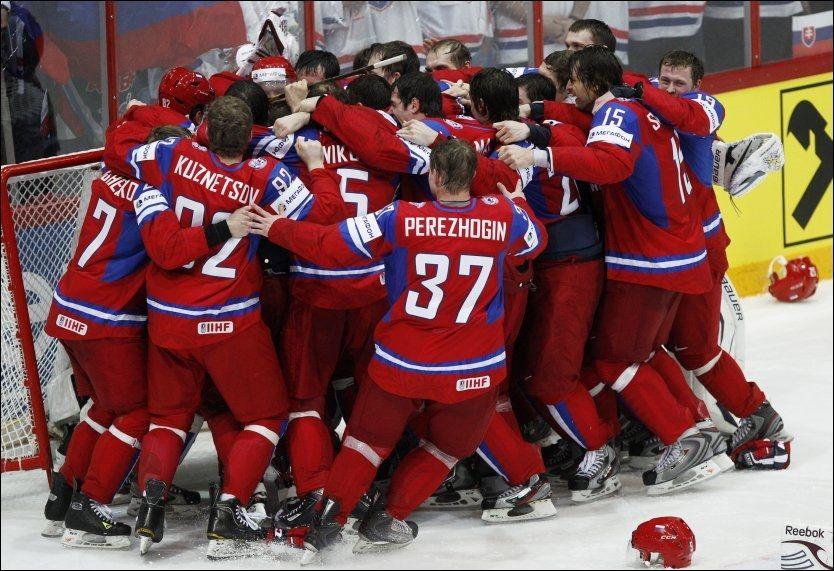 KLYNGEHOCKEY: Gleden var stor blant de russiske spillerne da verdensmesterskapet var klart. Foto: Ap