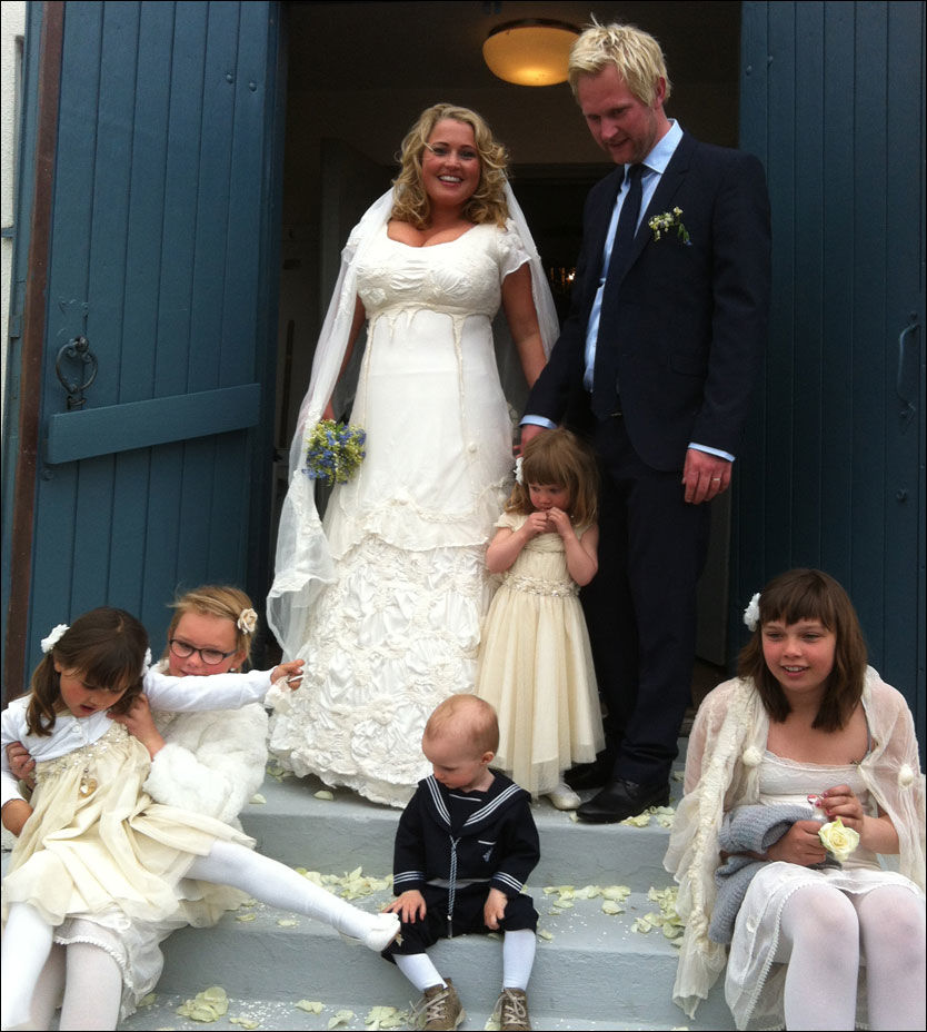 LYKKELIG GIFT: Helene Bøksle og Espen Tjersland sammen med brudebarna, fra venstre: Ella, Remine, Hanna, Edvin og Kirsten. Foto: Privat