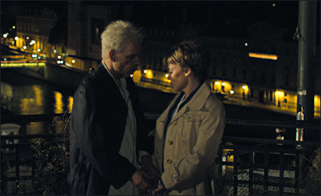 PÅ FRANSK: Kylie og Denis Lanvant i en scene sammen i filmen. Foto: CAROLINE CHAMPETIER