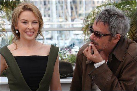 """TILLIT: Minogue sier hun hadde full tillit til regissør Leos Carax, men likevel var """"lett vettskremt"""" på innspilling. Her er de to i Cannes onsdag. Foto: AFP"""