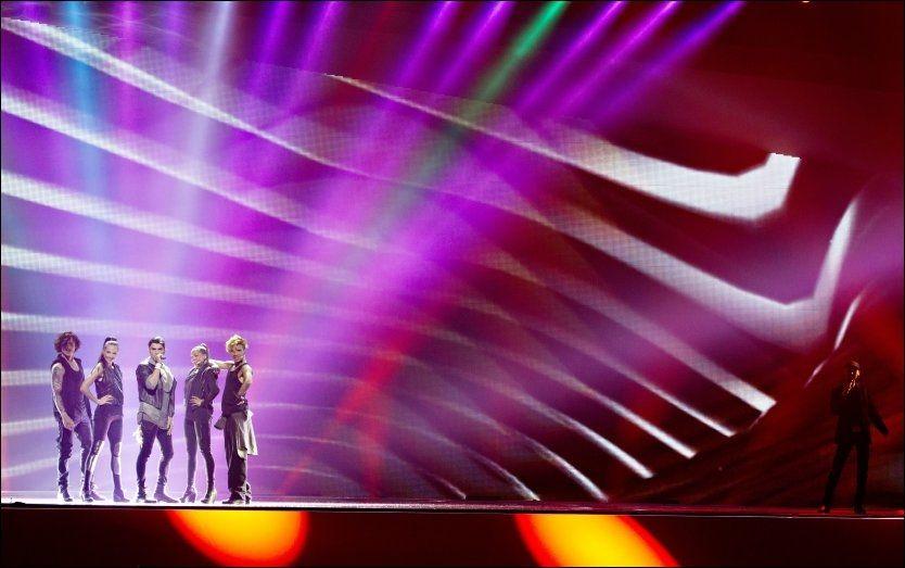 BACKER OPP TOOJI: Hans Espen Gihle (helt til høyre i bildet) er Toojis hemmelige korsanger i Baku. Foto: Mattis Sandblad / VG