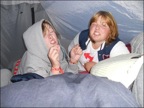 BESTEVENNINNER: Andrine Bakkene Espeland og Cecilie Herlovsen koste seg i teltet kort tid før helvete brøt løs på Utøya. Cecilie måtte amputere en arm etter skytingen, og Andrine ble drept. Foto: Privat