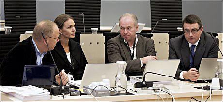 GODKJENT ELLER IKKE? Terje Tørrissen og Agnar Aspaas (de to til høyre) ble oppnevnt som sakkyndige etter Torgeir Husby og Synne Sørheim. De har levert to ulike konklusjoner på om Breivik er tilregnelig eller ikke. Nå synes Tørrissen det er greit med en avklaring på om deres rapport er godkjent eller ikke av Den rettsmedisinske kommisjon. - Det ligger i sakens natur at det er uklart for mange når retten sender et slikt brev, sier han til VG. Her er de fire psykiaterne i rettssal 250, hvor Breivik-saken går. Foto: VG