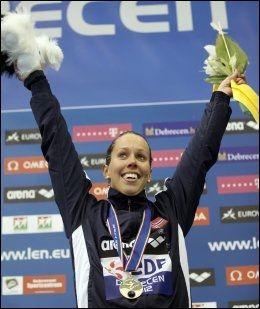 JUBEL Ingvild Snidal jublet etter at hun fikk gullet rundt halsen på dagens 100 meter butterfly. Foto: Laszlo Balogh / Reuters