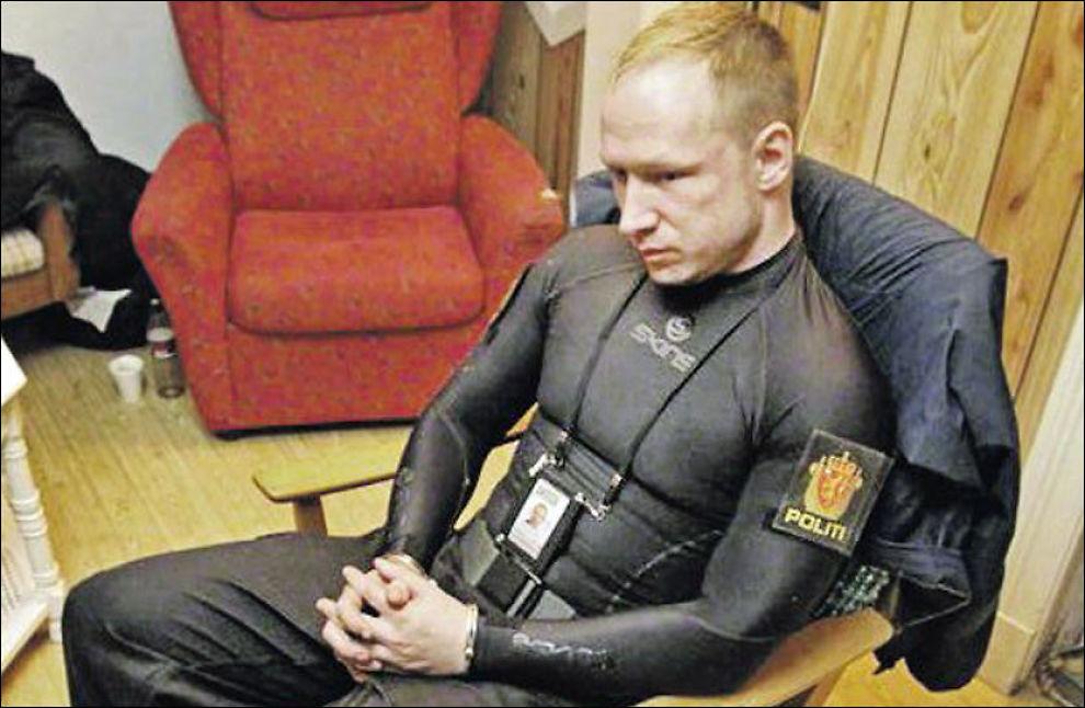 Halvnaken Breivik poserte for politiet på Utøya ...