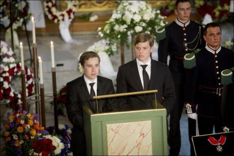 TAKKET: Barnebarna Jonas og Magnus talte til bestefaren og takket ham for det han var for dem under bisttelsen i Oslo domkirke. Foto: Kyrre Lien, NTB Scanpix