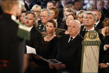 TIL STEDE: Ari Behn, Märtha Louise, kong Harald, Ingrid Schulerud og statsminister Jens Stoltenberg i Oslo domkirke. Foto: Heiko Junge, NTB Scanpix