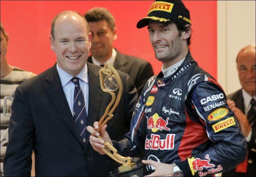 FEIRET MED PRINSEN: Mark Webber gliser bredt med trofeet sammen med Prins Albert av Monaco. Foto: Reuters