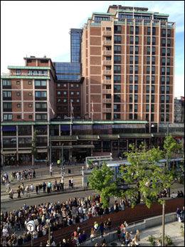SENTRALT: Her bor Bieber - rett ved sentralbanestasjonen og ikke veldig langt unna Operaen. Foto: LARS JOACHIM SKARVØY