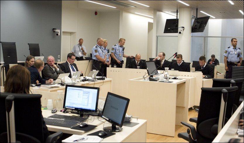 MÅTTE FORLATE SALEN: Breiviks tidligere venner ba om at terroristen gikk ut mens de forklarte seg. Foto: Heiko Junge, NTB SCANPIX