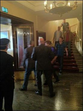 ETTER LUNSJ: Bieber på vei ut fra Continental. Foto: Tore O. Sandvik/Twitter