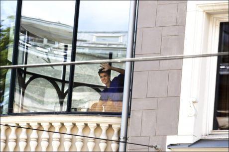 POPIDOLET: Justin Bieber vinker fra et vindu på Hotel Continental tidligere i dag. Foto: TROND SOLBERG