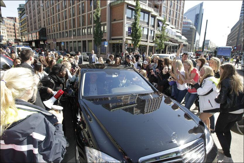 VILLE TILSTANDER: Her tror Bieber-fansen det er superstjernen selv som blir kjørt forbi. Foto: Trond Solberg / VG
