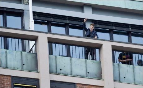 HILSTE PÅ FANSEN: Her hilser Justin Bieber til flere hundre norske fans fra balkongen på hotellet. Foto: Eivind Griffith Brænde / VG