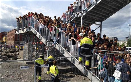 KAOS: Tusenvis av tenåringsfans presset på for å komme inn på det allerede stappfulle Operataket. Foto: Lars Joakim Skarvøy