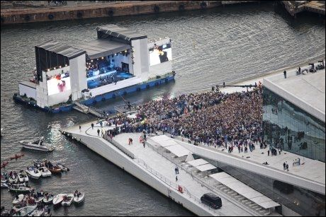 FANS: Tusener av Biebers-fans, også kjent som beliebers fikk omsider se megastjernen opptre på Operaen. Foto: Jørgen Braastad