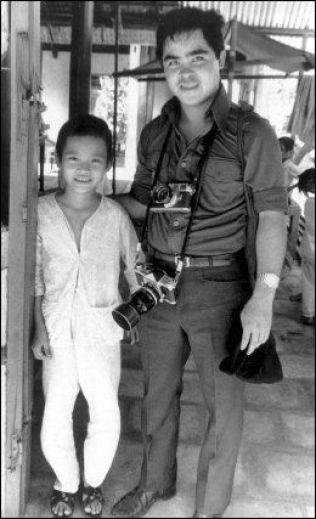 FAMILIE: Nick Ut reddet Kim Phuc fra napalm-døden. Her er han på besøk hos jenta i 1973. I dag kaller han Kim for datteren sin. Hun kaller ham for onkel. Foto: AP