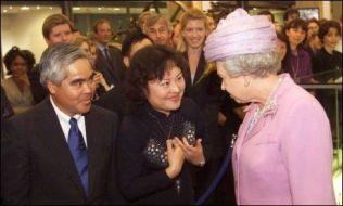 VERDENSKJENT: Fotograf Nick Ut (t.v) og Kim Phuc møtte dronning Elizabeth under åpningen av et vitenskapsmuseum i 2000 i London. På museet står bildet av Phuc, tatt av Ut. Foto: AP