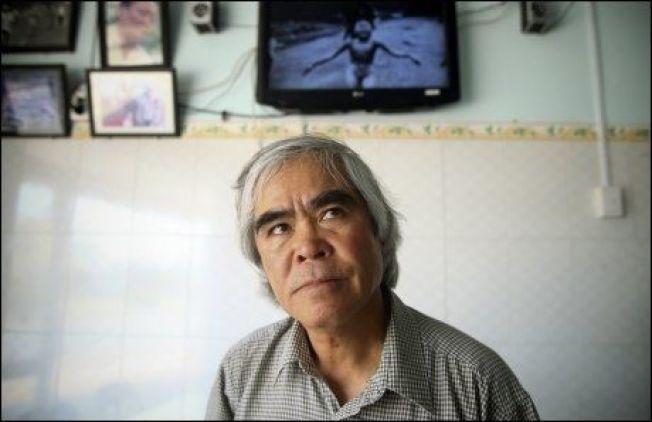 MINNES: I mars 2012 vendte Nick Ut tilbake til Trang Bang for å se stedet hvor han tok bildet som tjente ham en Pulitzer-pris. Foto: AP