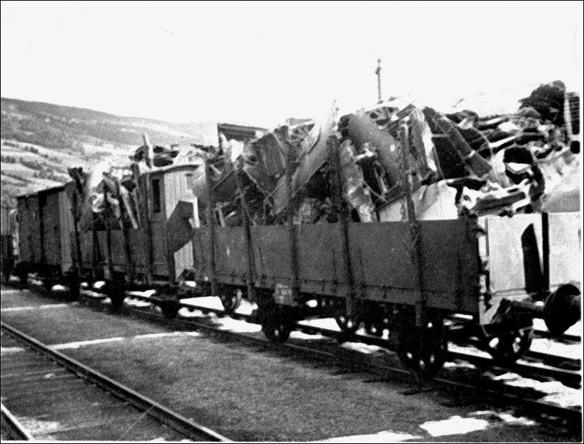 TOGTRANSPORT: Nedskutte tyske fly fraktes med tog gjennom Gudbrandsdalen under andre verdenskrig. Foto: NTB Scanpix