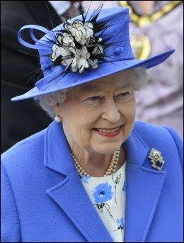 STILIG: Dronning Elizabeth valgte passende nok kongeblått til åpeningen av jubileumshelgen. Foto: Reuters