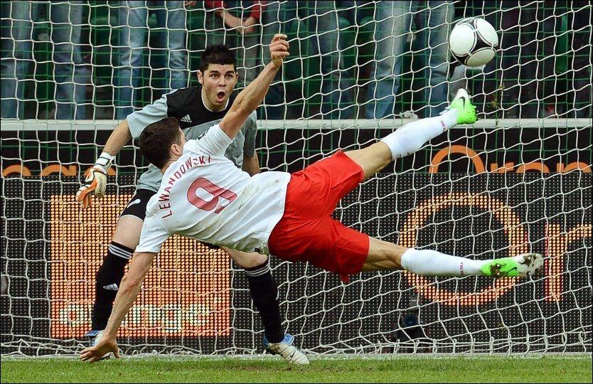 FLYR HØYT: Robert Lewandowski scorer 2-0-målet på akrobatisk vis i 4-0-seieren over Andorra i den siste EM-testen. Foto: Radek Pietruszka, EPA