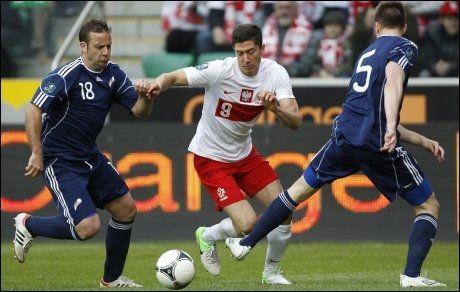 SENTRAL: Robert Lewandowski blir spådd å ha en sentral rolle for Polen i EM. Her er han i duell med Andorras Manel Josep Ayala (t.v.) og Emili Garcia i en privatlandskamp 2. juni. Foto: REUTERS/Peter Andrews