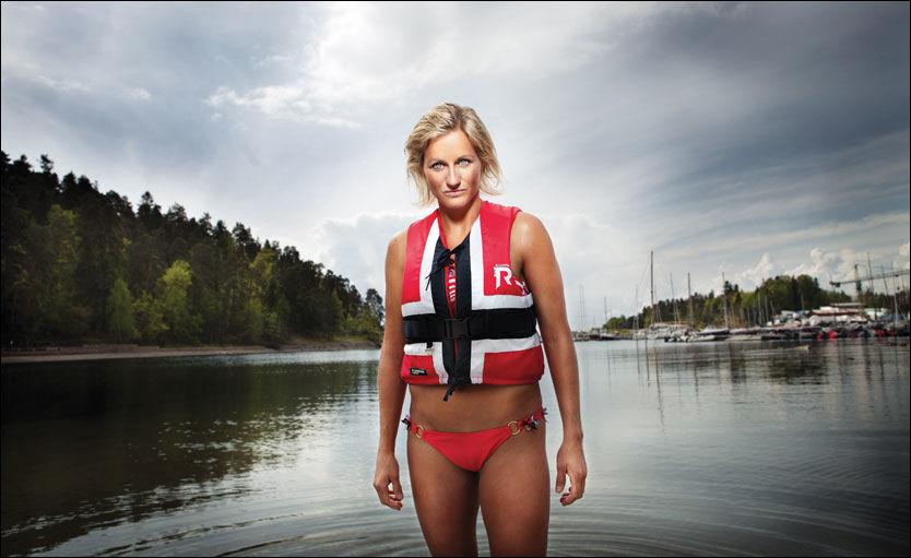 STILLER OPP: Vibeke Skofterud poserer kun iført bikini og redningsvest. Foto: Margrethe Myhrer