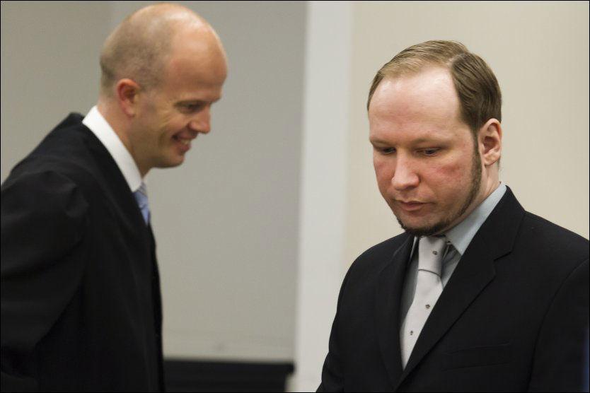 KRANGEL: Aktor Svein Holden presset Breivik hardt på hvor mye tid han har brukt på dataspillet World of Warcraft. Breivik ble tydelig irritert og truet med å skru av mikrofonen. Foto: Scanpix