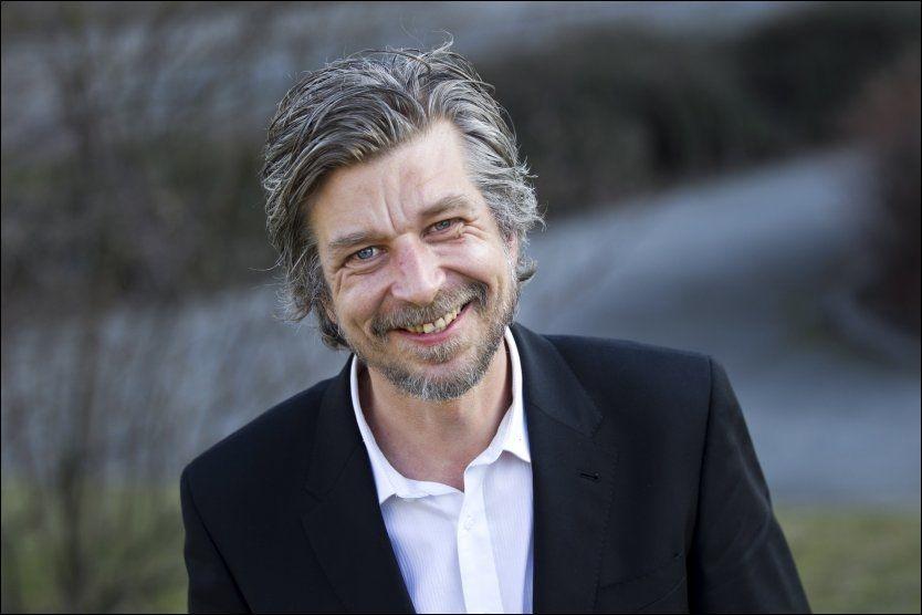 BLIR HYLLET MED MARATON: Arendal bibliotek setter pris på bysbarnet Karl Ove Knausgård (42). Foto: Frode Hansen, VG