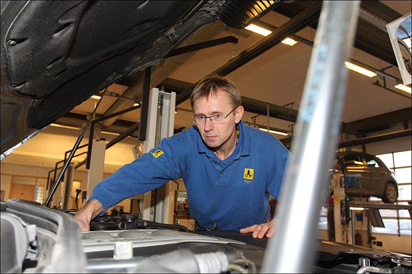 KONTROLL: Norge er det eneste landet i Europa som tillater at bilverkstedene både gjennomfører EU-kontrollen og reparerer bilen i etterkant. Statens vegvesen har lagt EU-kontrollen på hylla. NAF utfører også EU-kontroller. I Norge utføres cirka 90 prosent av EU-kontrollene på bilverksteder. Foto: Hanne Hattrem
