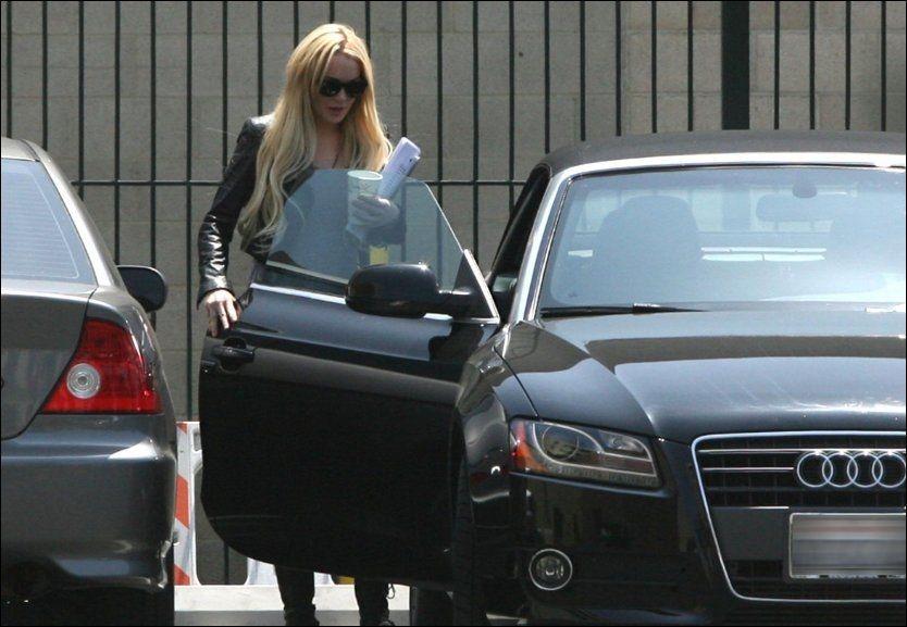 I TRØBBEL: Her avtjener Lindsay Lohan samfunnstjeneste. Nå skal hun ha havnet i en bilkrasj. Foto: WENN.COM