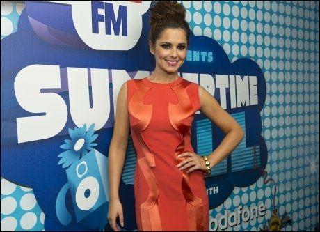 ELLERS I RØDT: Cheryl Cole på rød løper før opptredenen. Foto: Pa