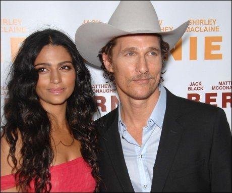 HEMMELIGHETSFULLE: Matthew McConaughey og kjæresten Camila, her på et bilde fra i fjor, holdt tett om bryllupet. Foto: Pa Photos