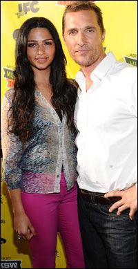 13 ÅRS FORSKJELL: Matthew McConaughey (42) og kona Camila (29). Foto: GETTY IMAGES