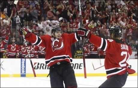 HÅPET LEVER: LA Kings måtte nok en gang se seg slått av New Jersey Devils. Her feirer Anton Volotsjenkov og Bryce Salvador scoring. Foto: Adam Hunger, Reuters