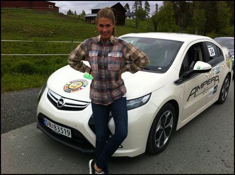DELTAR PÅ ELBIL-RALLY: Tone Damli Aaberge avbildet i Østersund i Sverige i dag. Foto: Helene Formo, Opel Norge