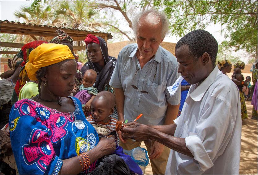 BESØKTE NIGER I MAI: Nødhjelpssjefen i Redd Barna, Søren Pedersen, besøkte Niger i mai. Her konstaterer han at et barn er på rødt og i faresonen. Foto: Inge Lie