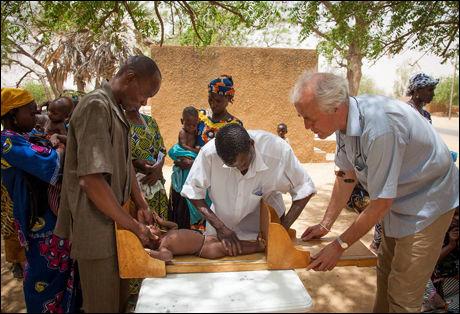 UNDERERNÆRTE BARN SJEKKES: Sørensen er her med på em helsesjekk av et barn i Niger. Foto: Inge Lie