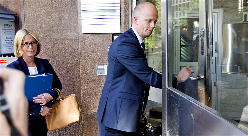 PÅ VEI INN: Her går statsadvokatene Inga Bejer Engh og Svein Holden inn for å skrive sluttprosedyren som vil ende med en påstand mot terrortiltalte Anders Behring Breivik. Foto: FRODE HANSEN