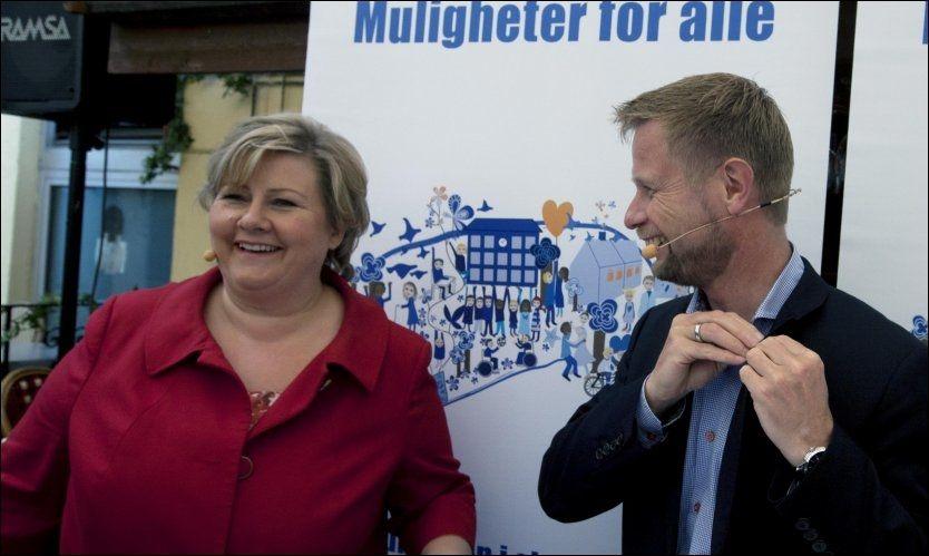 BLAR OPP: Høyre-leder Erna Solberg kan komme til å måtte bla opp ekstra penger for å sikre at alle har mulighet til å gå på en privat skole. Programkomiteens leder Bent Høie til høyre. Foto: Morten Holm / NTB scanpix