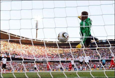 LAMPARD-SKUDD: Tysklands keeper Manuel Neuer ser at ballen er tydelig over streken etter et skudd fra Englands Frank Lampard i VM i 2010. Men mål ble det ikke. Foto: Jewel Samad, AFP