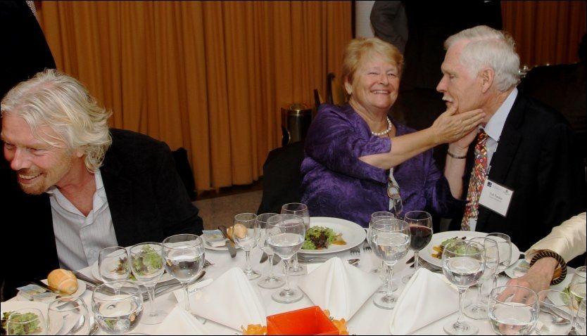 MIDDAG I RIO: Middag til ære for Gro Harlem Brundtland i Rio. Gro hadde Richard Branson (t.v.) og Ted Turner til bords. Foto: Svein Bæra / NTB Scanpix