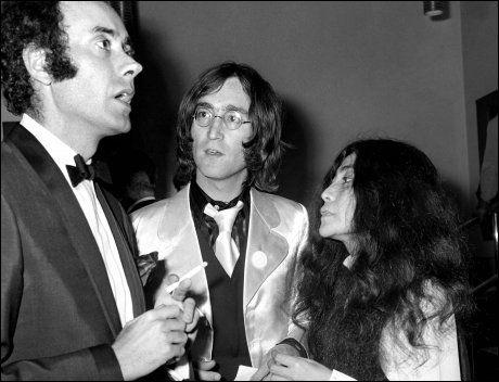 1968: Victor Spinetti avbildet med John Lennon og Yoko Ono. Foto: Pa Photos